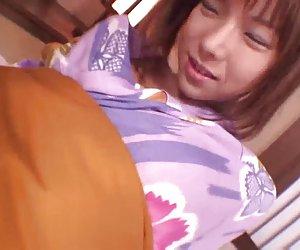 Serina japonesa vadia cavalga um pau duro duro com ela peludo
